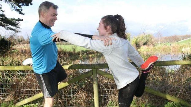 Katie Cooke y el Dr Colin Doherty
