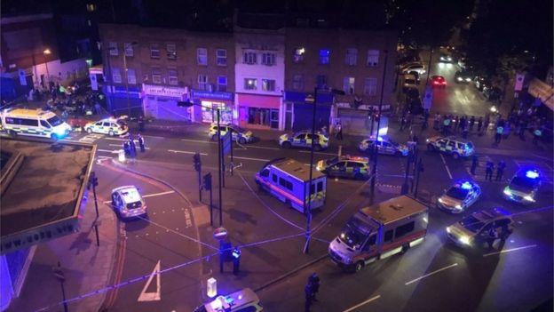 Finsbury Park Camii yakınlarındaki polis