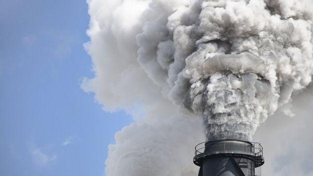 Grande volume de fumaça saindo de espécie de chaminé