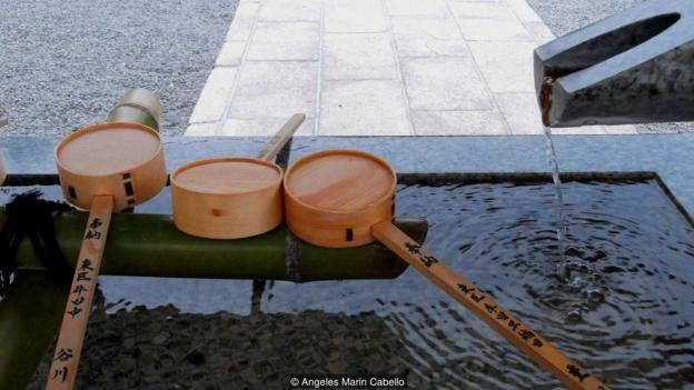 ஷிண்டோ புனித தளத்திற்குள் வருவதற்கு முன் நுழைவு வாயிலில் வைத்துள்ள தண்ணீரில் தங்களின் வாயையும் கையையும் சுத்தம் செய்து கொள்கின்றனர்