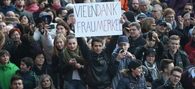 """尽管对难民开门的政策引发激烈争议,2016年的地方选举中默克尔还是得到大量选民支持。标语上写着""""默克尔夫人,多谢"""""""