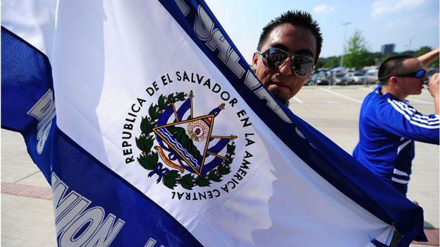 Hombre con la bandera de El Salvador