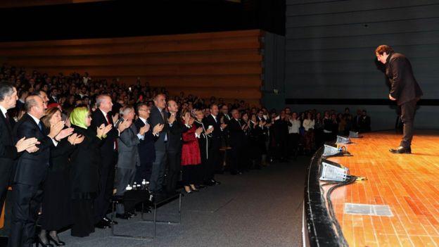 Cumhurbaşkanı Erdoğan, Fazıl Say'ı tüm salonla beraber ayakta alkışladı.