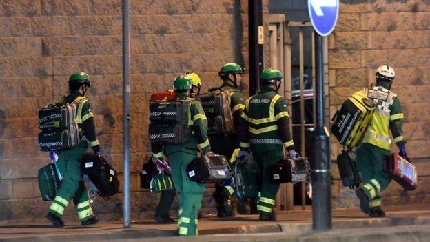 Paramédicos en las afueras del Manchester Arena