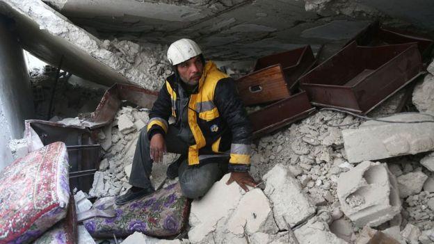 """Спасатель из """"Белых касок"""" Сами Салим на развалинах собственного дома в Гуте"""