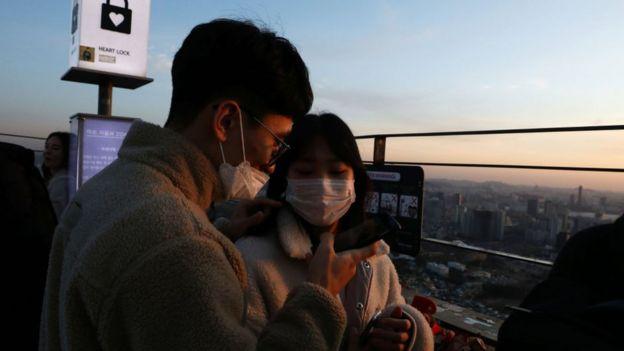 Una pareja en un mirador en Seúl, capital de Corea del Sur.