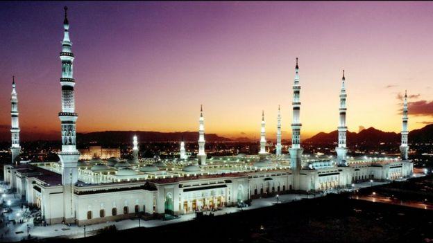 Masjid Nabawi saat matahari terbenam.