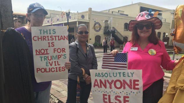 Người biểu tình phản đối Trump bên ngoài sân vận động
