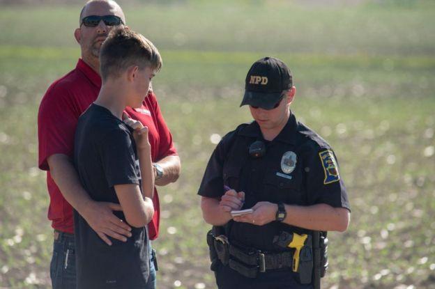 Policía toma declaraciones a un padre con su hijo.