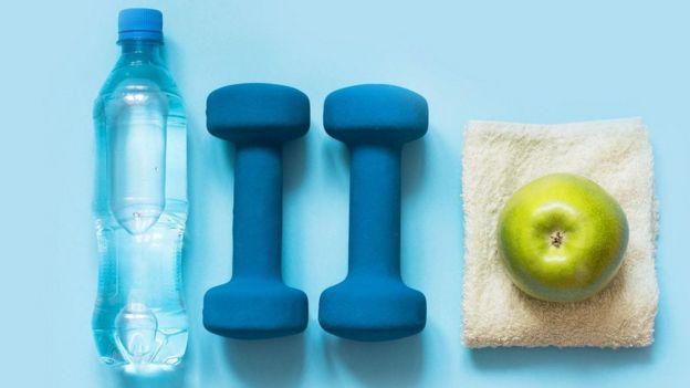 ثمرة تفاح وأدوات رياضية