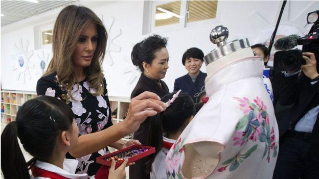 兩個第一夫人去了北京一所小學上時裝課。