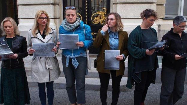 Activistas frente al parlamento croata en Zagreb.