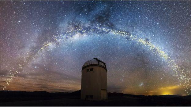 Telescópio e céu estrelado