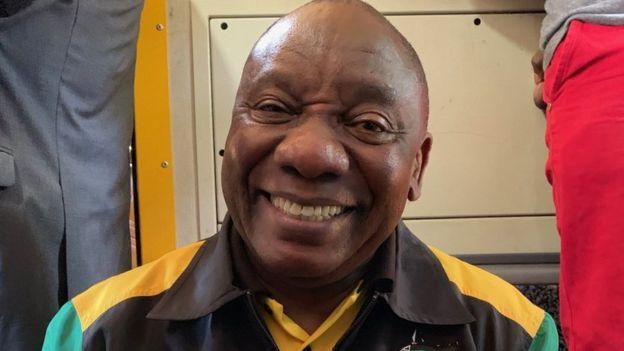 Cyril Ramaphosa, tout visage souriant dans un des wagons du train.