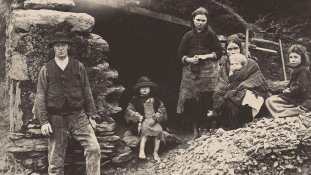Familia irlandesa a las puertas de su casa en Killarney.