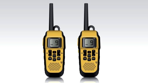 Diseño de dos walkie-talkies modernos.