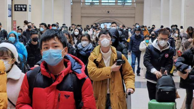 Personas usando mascarillas faciales en Wuhan, China.