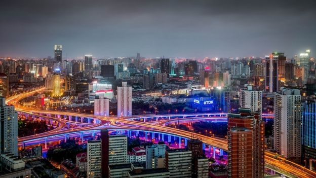Vista general de Shanghái, China, de noche.