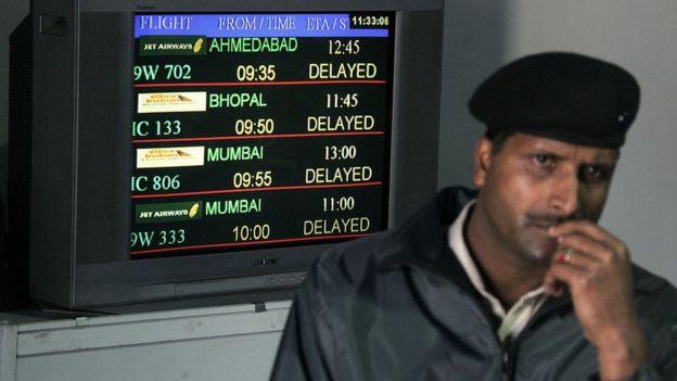 Un guardia de seguridad indio durante una jornada de niebla en el aeropuerto de Nueva Delhi