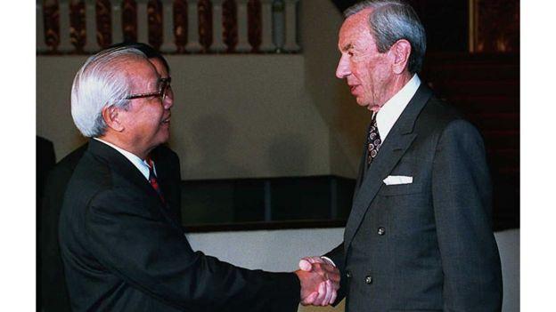 Thủ tướng Việt Nam Võ Văn Kiệt bắt tay ngoại trưởng Mỹ ở Hà Nội
