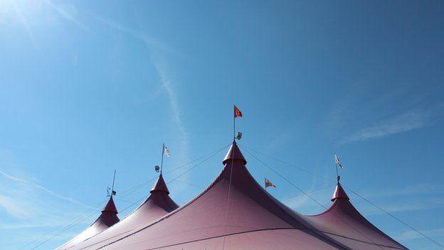 Y Pafiliwn Pinc yn cael diwrnod bendigedig ar beth allai fod ei Eisteddfod olaf // The pink pavilion enjoys a final sunny day. This could be its last Eisteddfod