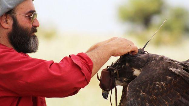 José Sarasola con un águila