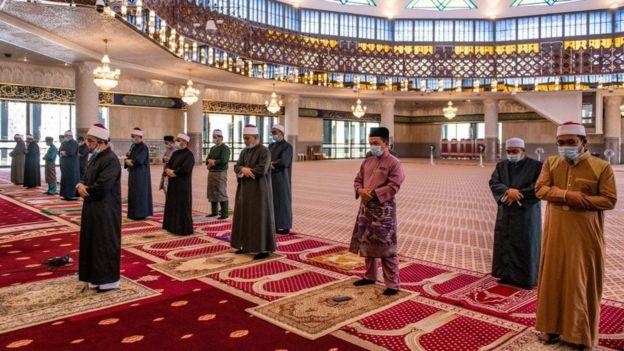 مسلمون يؤدون الصلاة