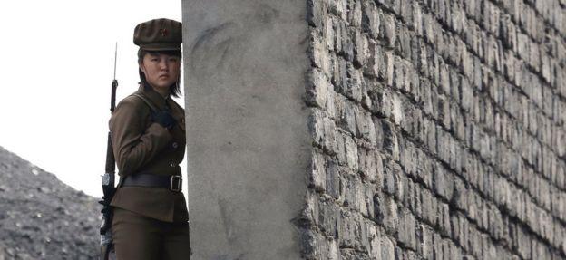 Una soldado patrulla la ribera del río Yalu, en la frontera con China.