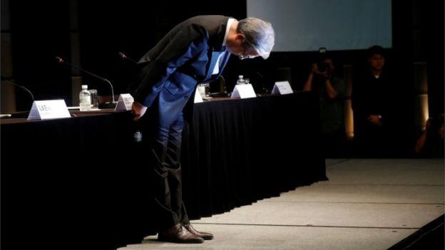 Ким Хё-Джон, председатель BMW Korea, поклонился на пресс-конференции в Сеуле (6 августа 2018 года)
