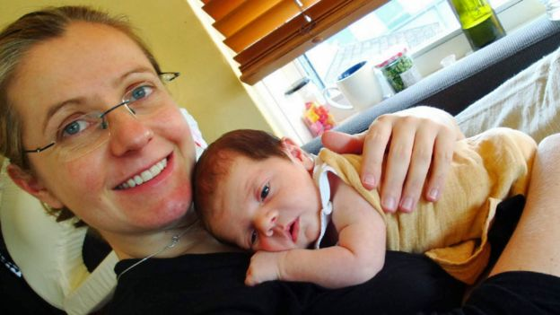 Jen con su bebé.
