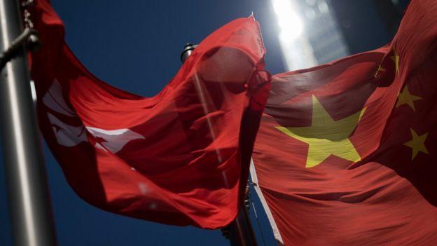 香港中區某大樓外懸掛的中國國旗與香港區旗(18/10/2017)