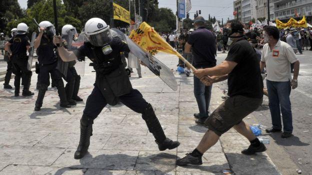 2011年6月29日,雅典希臘議會大廈前示威人群跟防暴警察爆發衝突