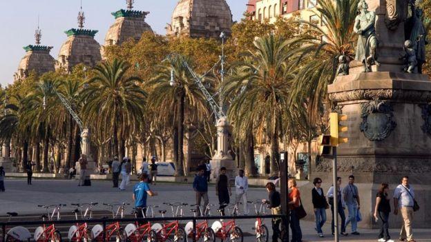 دراجات هوائية منتشرة في شوارع أسبانيا، وأشخاص يسيرون في الشارع