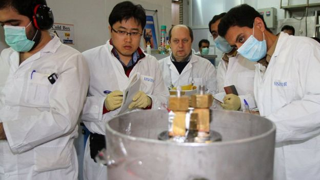 Inspectors of the International Atomic Energy Agency (IAEA) and Iran, disconnect the device for the enrichment of uranium at the Natanz plant, January 20, 2014