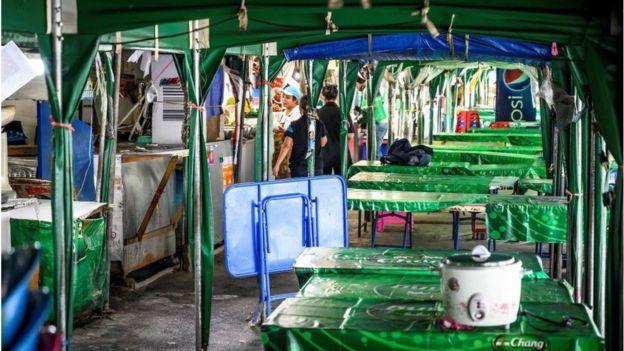 Một khu bán thức ăn lộ thiên tại Bangkok vắng hoe hôm 30/3 vì Thái Lan đang ở trong tình trạng khẩn cấp toàn quốc, và Bangkok và những vùng xung quanh bị phong tỏa