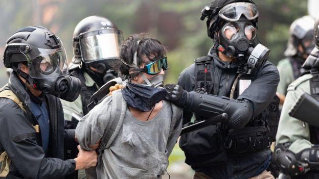 полиция и участник акции протеста в Гонконге