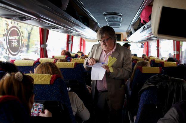 Маноло Госало проверяет билеты