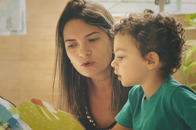Madre e hijo leyendo.