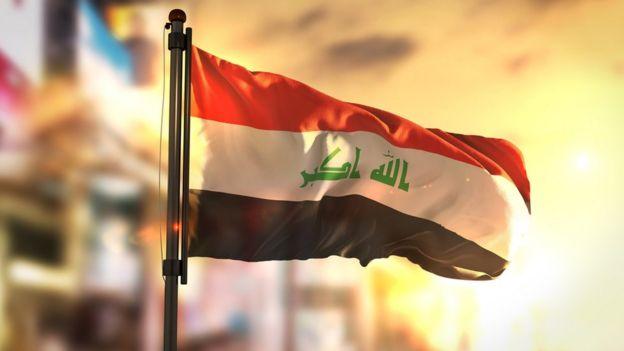 Bandera de Irak en el amanecer