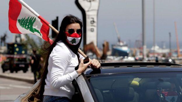протестующая в ливане