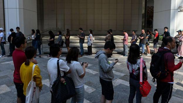 Очередь голосующих на одном из избирательных участках Гонконга
