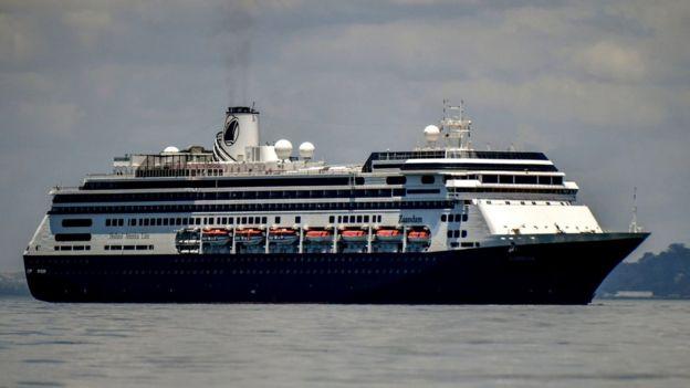 荷兰美国的游轮赞丹(Zaandam)进入巴拿马城湾,由鹿特丹游轮提供协助,配备物资,人员和Covid-19测试设备