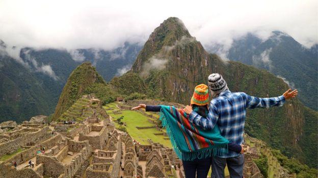 Una pareja frente a Machu Picchu.