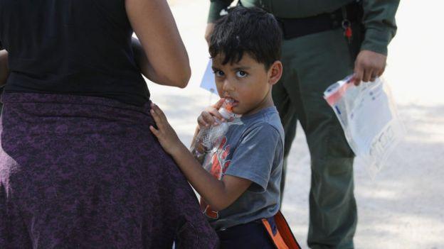 Menor de edad en la frontera de Estados Unidos con México.