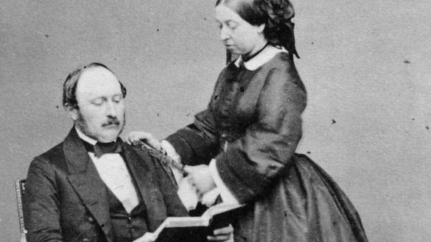 الملكة فيكتوريا وزوجها الأمير ألبرت كانا من عشاق شجرة الكريسماس
