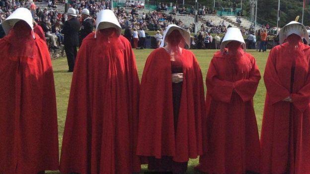 Ativistas vestidas de aias