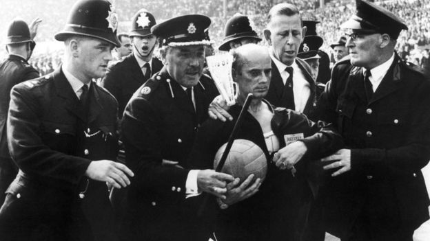 Полиции пришлось увести с поля судью Рудольфа Крайтлайна во время матча между Аргентиной и Англией в 1966 году.