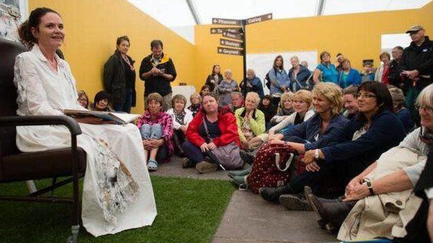 Ffion yn perfformio 'Anweledig' yn Eisteddfod Genedlaethol Dinbych a'r Cyffiniau yn 2013