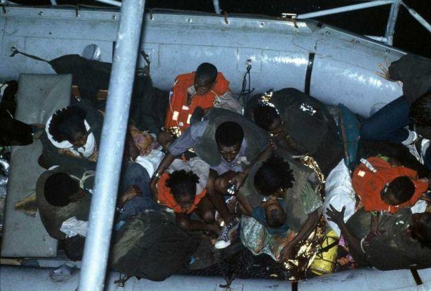 Judeus etíopes sendo transportados de barco da praia para um navio da Marinha de Israel