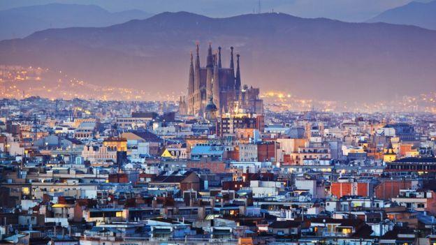 Vista noturna da Igreja Sagrada Família, em Barcelona